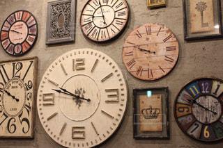 壁に取り付けられたたくさんの時計の写真・画像素材[1338948]