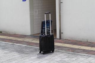 スーツケースとノートパソコンの写真・画像素材[1549021]