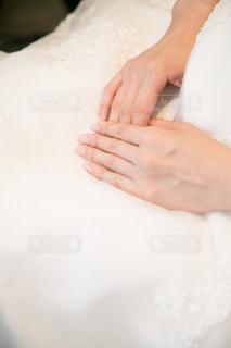 ウェディングドレスと手のアップの写真・画像素材[1556938]