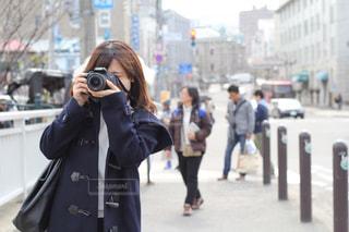 一眼レフカメラで写真を撮る女性の写真・画像素材[1557266]