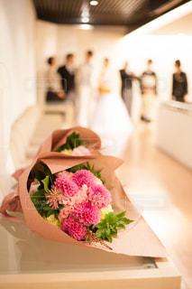 テーブルの上の花束の写真・画像素材[1564961]