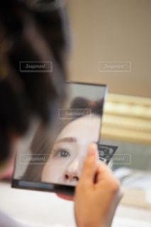 ヘアメイク中の女性の写真・画像素材[1564967]