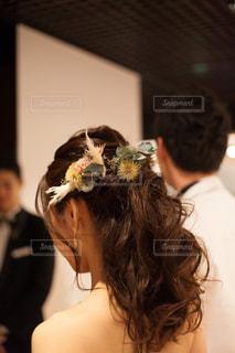 ハーフアップにドライフラワーのヘッドパーツの写真・画像素材[1569557]