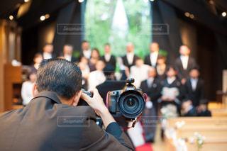 親族写真を撮影するカメラマンの写真・画像素材[1586315]