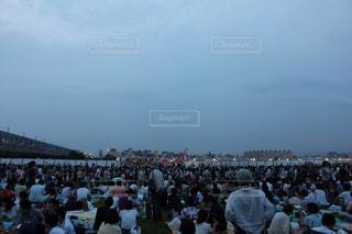 淀川花火大会に集まった大勢の人の写真・画像素材[1590335]