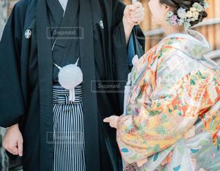 紋付袴と色打掛を着た夫婦の写真・画像素材[1625316]