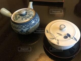 テーブルの上の急須と湯呑みの写真・画像素材[1663193]