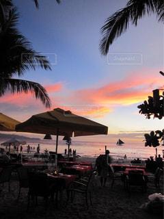 ビーチで見る夕焼けの写真・画像素材[1686362]