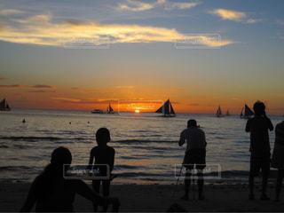 ビーチで見る夕焼けの写真・画像素材[1686476]