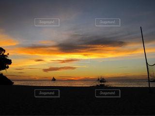 ビーチで見る夕焼けの写真・画像素材[1686479]