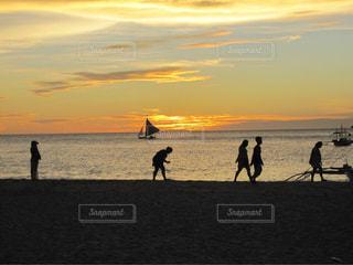 ビーチで見る夕焼けの写真・画像素材[1686480]