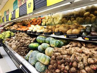スーパーマーケットに豪快に陳列される野菜の写真・画像素材[1792011]
