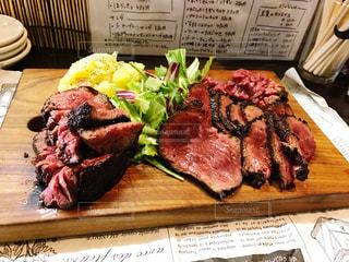 プレートに乗った牛肉ステーキの写真・画像素材[1843244]