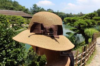 麦わら帽子をかぶった女性の写真・画像素材[1876722]