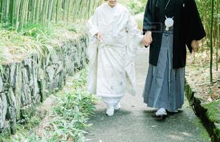 手を繋いで歩く夫婦の写真・画像素材[1878238]