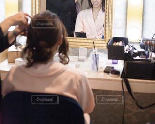 結婚式のヘアメイク中の女性の写真・画像素材[2048490]