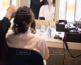 結婚式のヘアメイク中の女性の写真・画像素材[2048493]