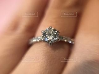 婚約指輪のアップの写真・画像素材[2069077]