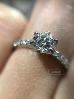 婚約指輪のアップの写真・画像素材[2069082]
