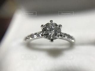 婚約指輪のアップの写真・画像素材[2069084]