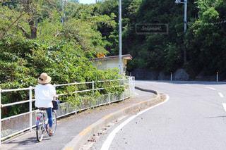 自転車に乗る女性の写真・画像素材[2087967]
