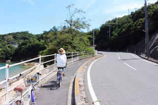 自転車に乗る女性の写真・画像素材[2087968]