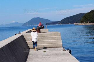 防波堤を歩く女性の写真・画像素材[2087971]