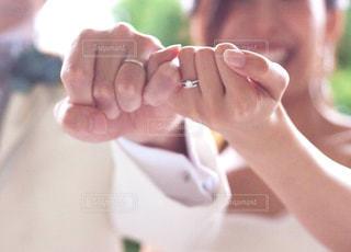 新郎新婦の手の写真・画像素材[2110037]