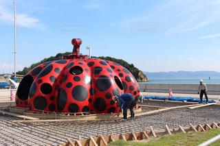 直島の赤かぼちゃの写真・画像素材[2113984]