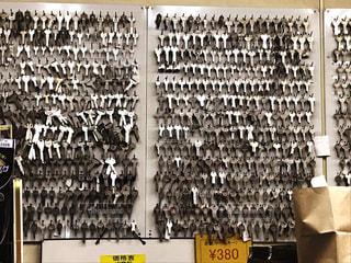 壁に並ぶたくさんの鍵の写真・画像素材[2147646]