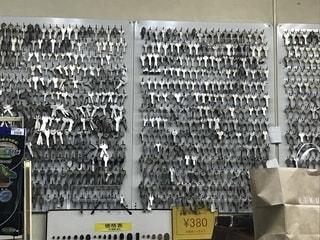 壁に並ぶたくさんの鍵の写真・画像素材[2147648]