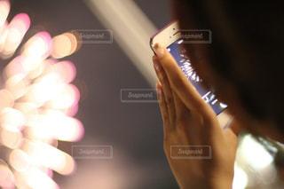 花火を撮影する女性の写真・画像素材[2186057]