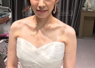 白いドレスを着た女性の写真・画像素材[2261195]