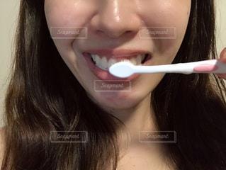 歯ブラシで歯を磨く女性の写真・画像素材[2281772]