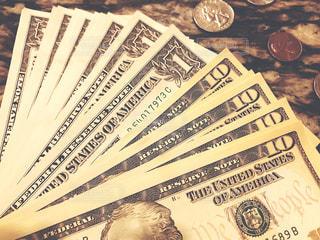 ドル紙幣と硬貨の写真・画像素材[2302699]