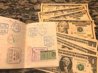 ドル紙幣とパスポートの写真・画像素材[2306615]