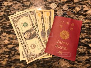 ドル紙幣とパスポートの写真・画像素材[2306622]