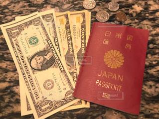 ドル紙幣とパスポートの写真・画像素材[2306623]