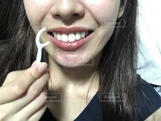 糸ようじを持つ女性の写真・画像素材[2369823]