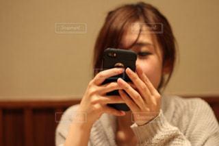 携帯電話を持つ女性の写真・画像素材[2386254]