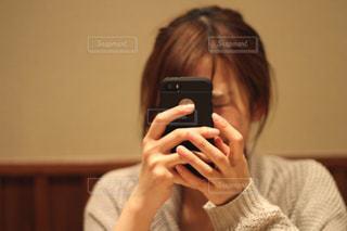 携帯電話を持つ女性の写真・画像素材[2386256]