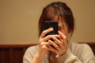携帯電話を持つ女性の写真・画像素材[2386258]