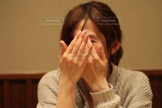 顔を隠す女性の写真・画像素材[2386286]