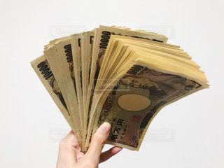 現金を持つ手の写真・画像素材[2431299]