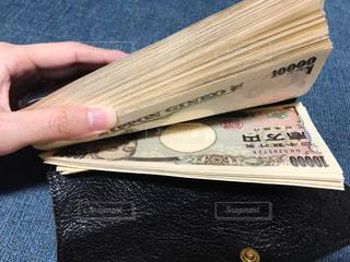 大金の入った財布の写真・画像素材[2432099]