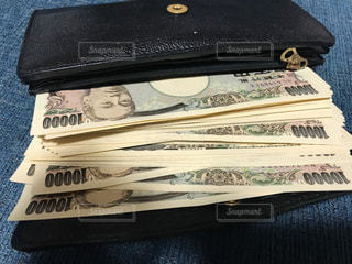大金の入った財布の写真・画像素材[2432102]