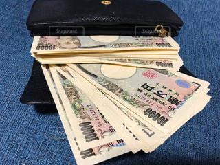 大金の入った財布の写真・画像素材[2432106]