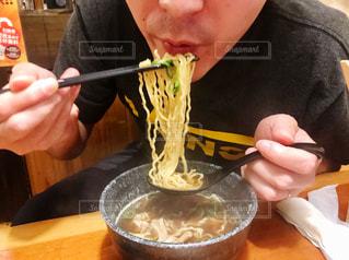 ラーメンを食べる男性の写真・画像素材[2582162]