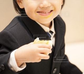 食事中の男の子の写真・画像素材[2582577]