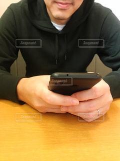 スマートフォンを持つ男性の写真・画像素材[2594308]
